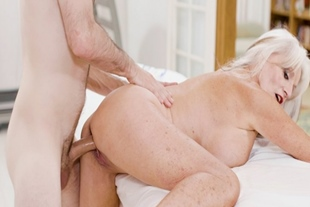Young man slamming a hot mature pussy from behind
